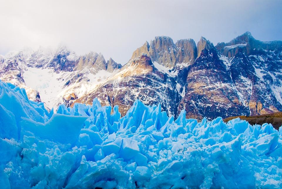 Montañas con nieve y un glaciar de frente en torres del paine